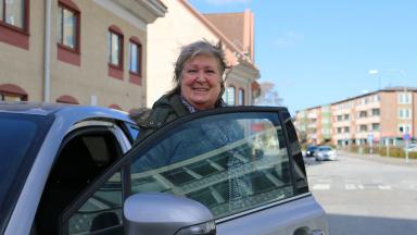 Gertie Lindberg hjälper till att handla.