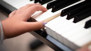 Elev på Kulturskolan spelar piano.