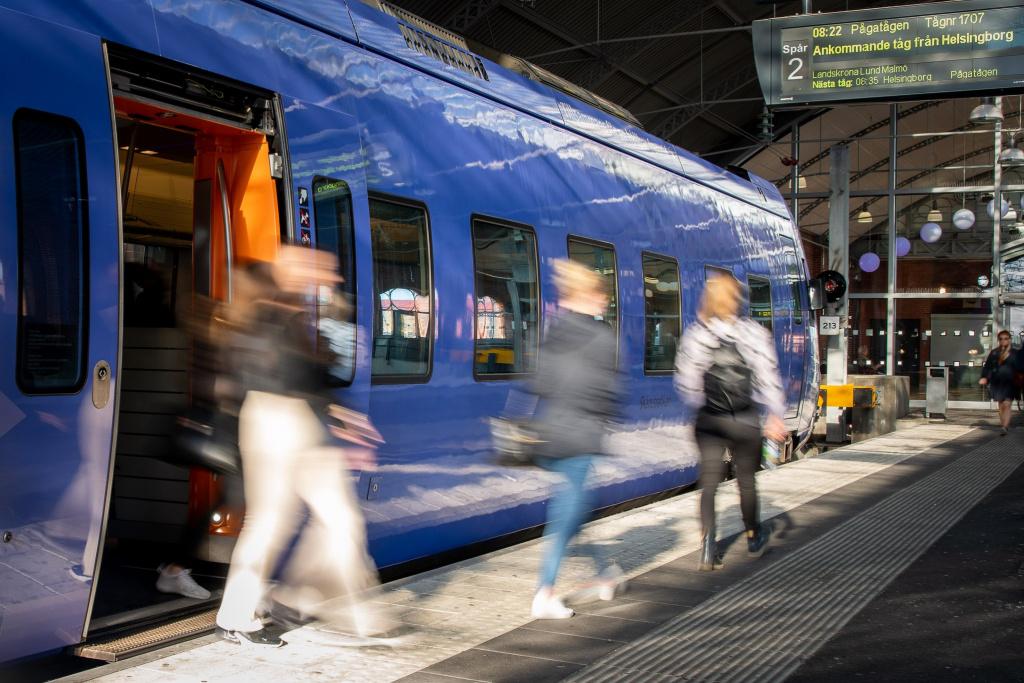 Passagerare på väg av tåget på Trelleborgs centralstation.