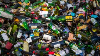 Hushållsavfall är alla typer av avfall som uppkommer där vi bor eller tillbringar vår fritid. Trelleborgs kommun har ansvaret att samla in och behandla ditt avfall på rätt sätt.
