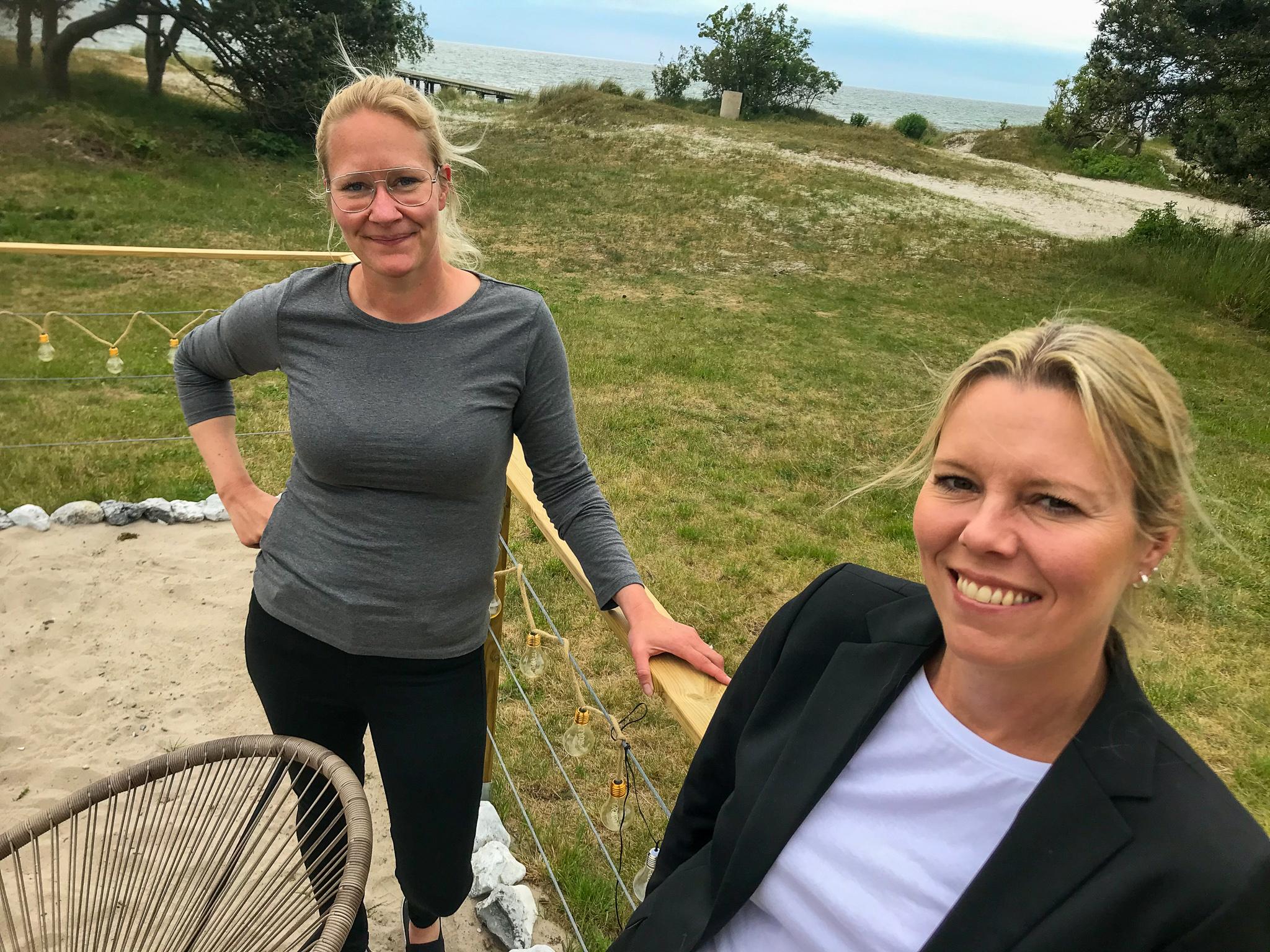 Pärlan ligger inbäddad i de mjuka sanddynorna, bara ett stenkast från Östersjön. Kristin Lönngren och Katja Jakobson planerar att driva restaurangen året om. Skönt strandhäng på sommaren blir julbord med egen twist på vintern.