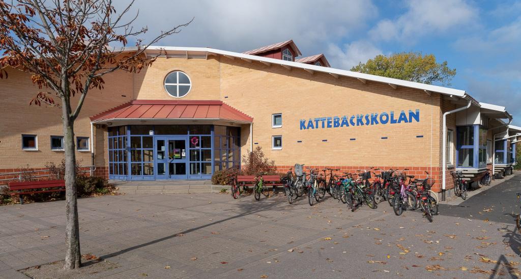 Kattebäckskolan ligger väster om Trelleborgs centrum, cirka 15 minuters promenad från centralstationen.