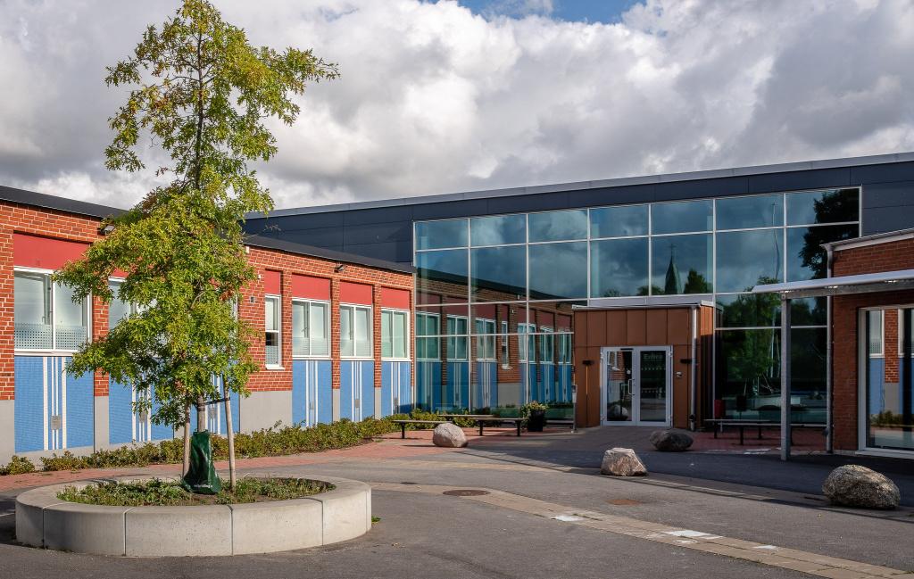Klagstorps skola, nordost om Trelleborg är en F-6 skola med 130 elever.