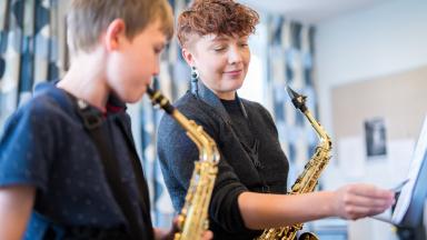 Läraren Natalie Eriksson undervisar i saxofon på kulturskolan är en skola som är till för alla som vill lära sig spela, sjunga, dansa, filma, fotografera eller spela teater.