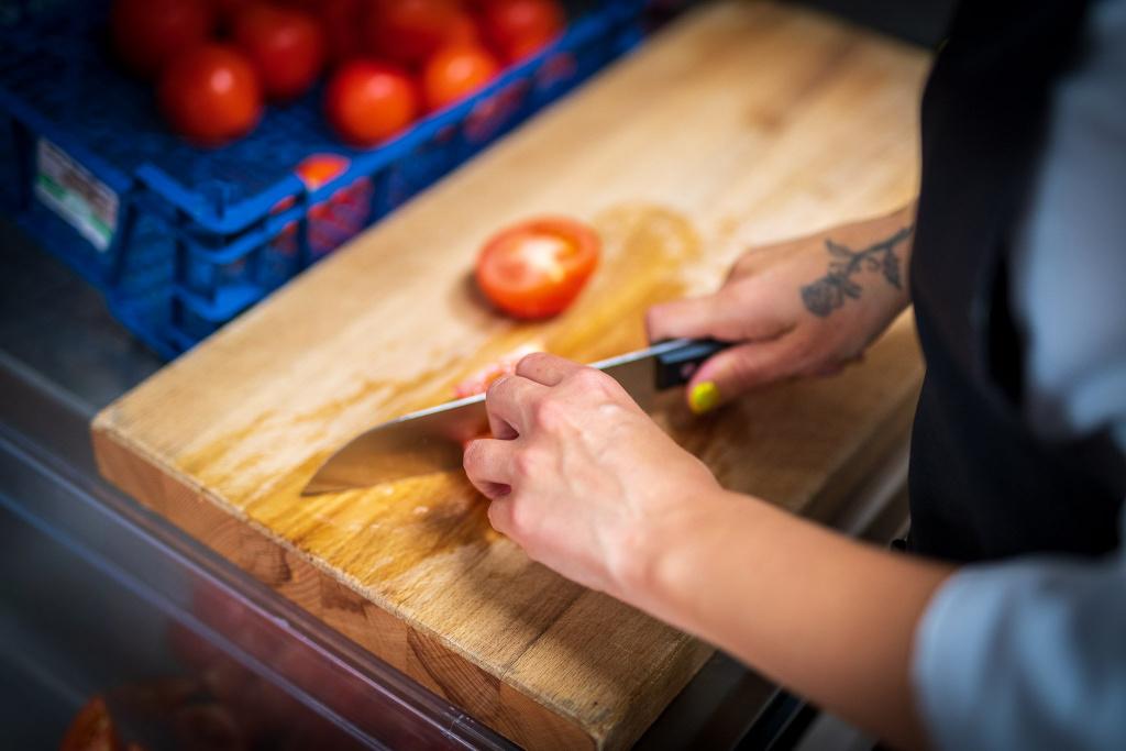 Om du ska starta en verksamhet som bereder, bearbetar, behandlar, hanterar eller säljer livsmedel i organiserad form måste du registrera din anläggning hos kommunen innan du startar.