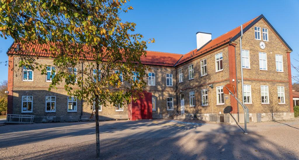 Östra skolan ligger i östra Trelleborg och på skolan går cirka 230 elever i årskurs F-6.