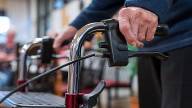 Du som är äldre kan få stöd och hjälp på olika sätt. Vi hjälper dig att hitta rätt stöd utifrån dina behov så att du kan bo kvar hemma och leva ett så självständigt och tryggt liv som möjligt.