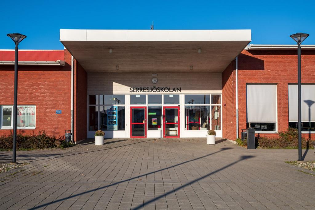 Serresjöskolan ligger i Gislövs läge, öster om Trelleborg, nära till hav och strand. På skolan går cirka 380 elever i årskurs F-6.