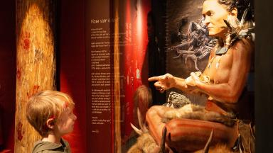 Sittande kvinnan i utställningen ÖGA mot ÖGA. Rekonstruerad av Oscar Nilsson.