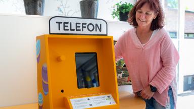 I samarbete med Telia genomförs ett pilotprojekt på Borgvallen där ny teknik förpackas i bekant format – en telefonkiosk.