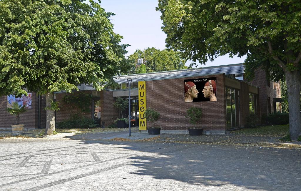 Du hittar museet vid Stortorget mitt i Trelleborg. Mellan biblioteket och vattentornet, alldeles intill Stadsparken. Och bara ett stenkast ifrån Axel Ebbes Konsthall.