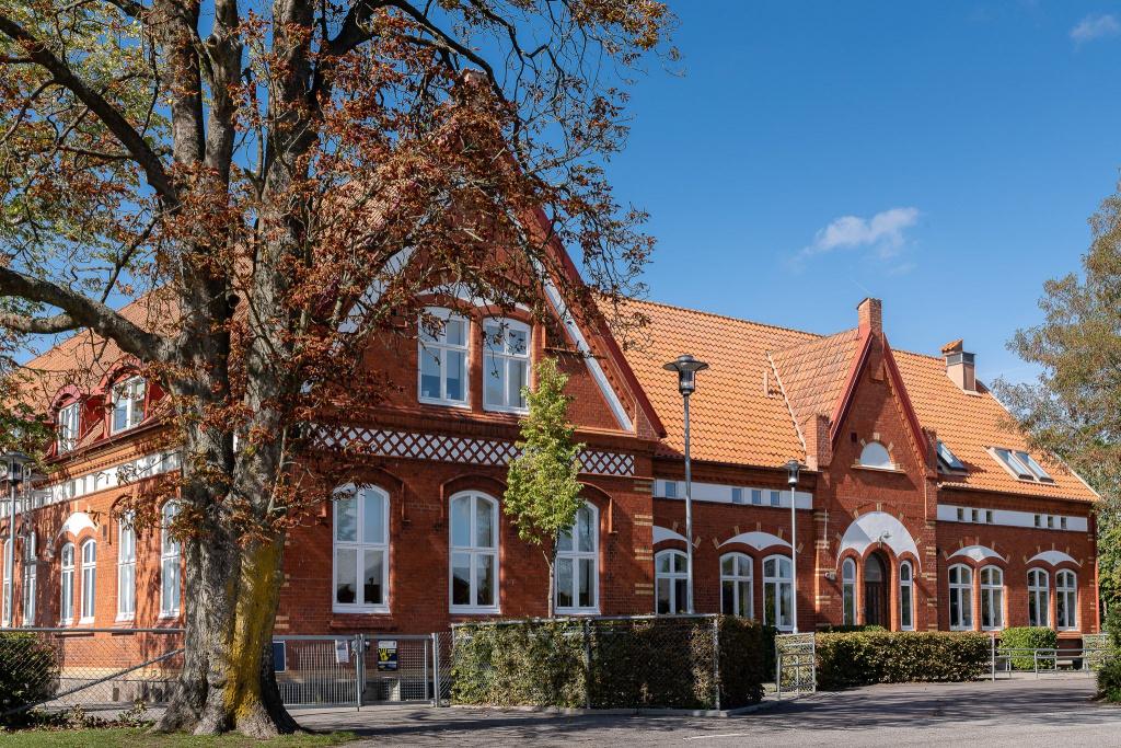 Västra Alstad skola är belägen i Alstad och på skolan går cirka 75 barn i årskurserna F-6