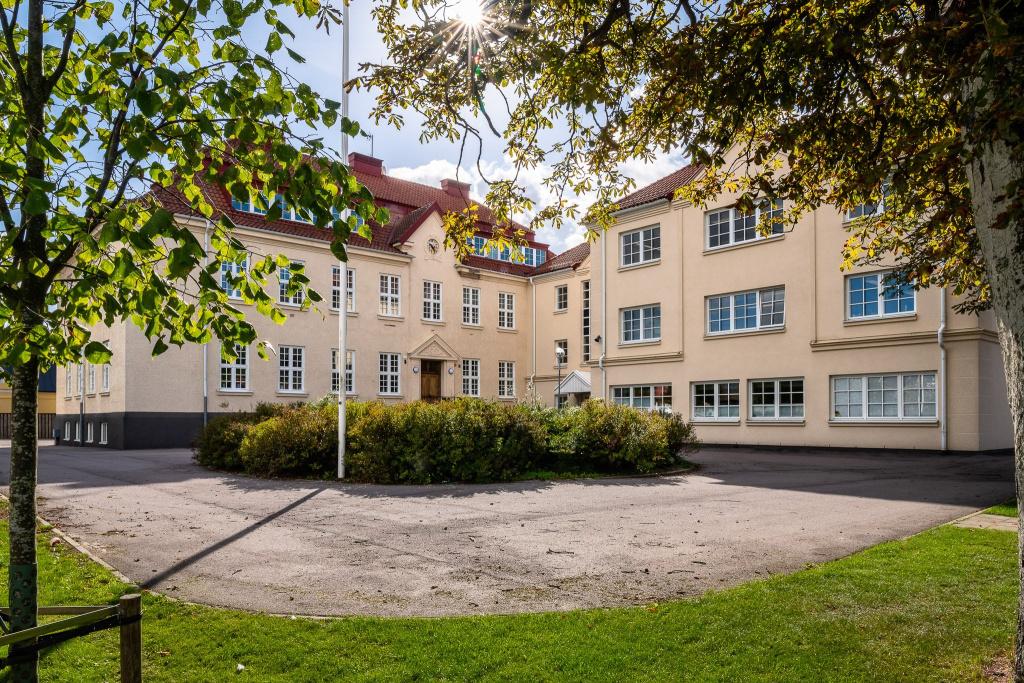 Väståkraskolan ligger i byn Anderslöv, norr om Trelleborgs centrum. På skolan går cirka 500 elever i årskurs F-9.