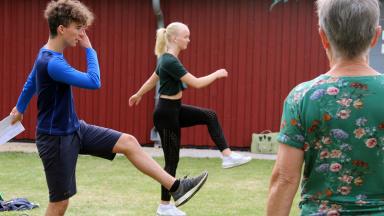 Ungdomar leder gympapass på innergård.