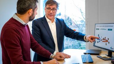 Michel El-Dabh och Kristian Silverberg vid en datorskärm