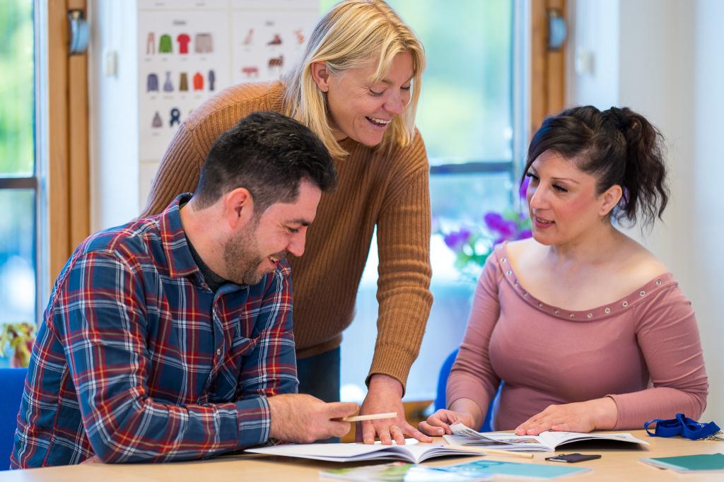 Du som är nyanländ i Sverige kan få service av kommunen för att underlätta din etablering genom arbete och studier.
