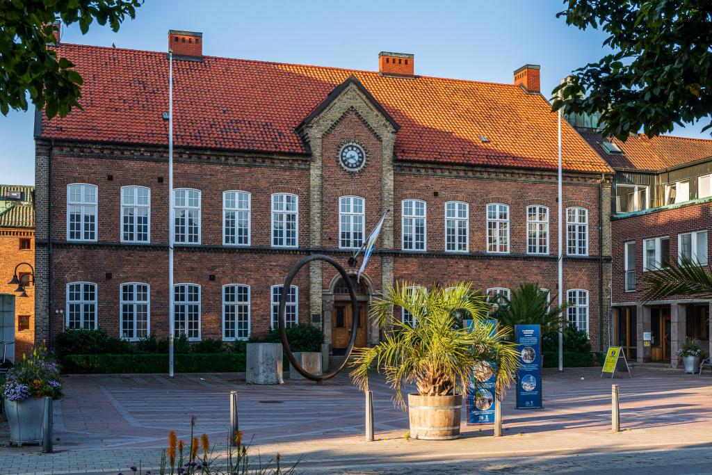 På rådhuset i Trelleborg finns bland annat kundtjänst och kommunens ledning. Rådhuset ligger vid gågatan mitt i centrum, mellan hamnen och Stortorget.