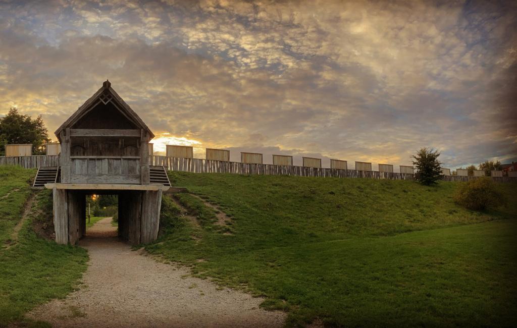 Trelleborgens porthus i solnedgång