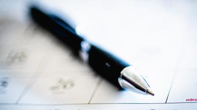 Penna ligger på ett papper.