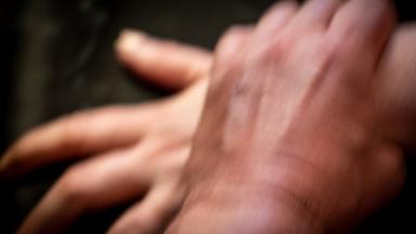 En hand håller ett hårt grepp om en annan hand.