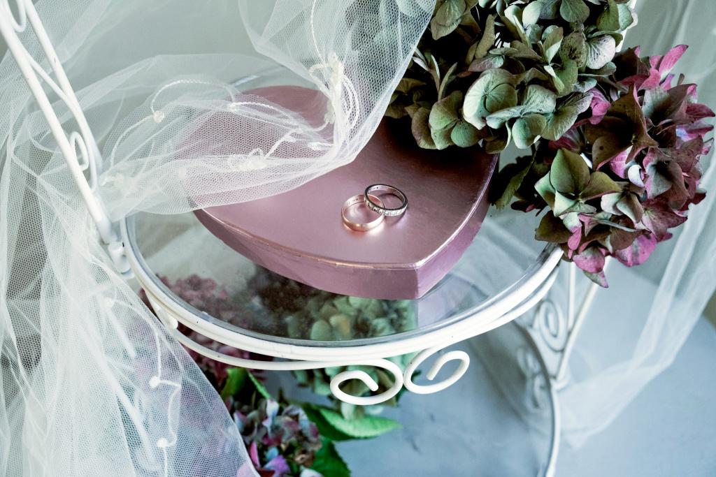 Ringar på ett dekorerat bord med blommor