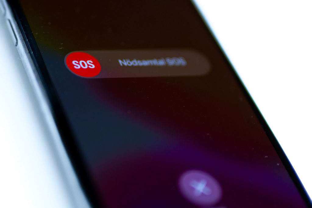 Telefon med nödsamtal på skärmen
