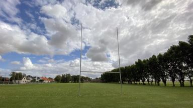 Rugbymål på gräsmatta