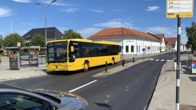 Gul buss vid hållplats
