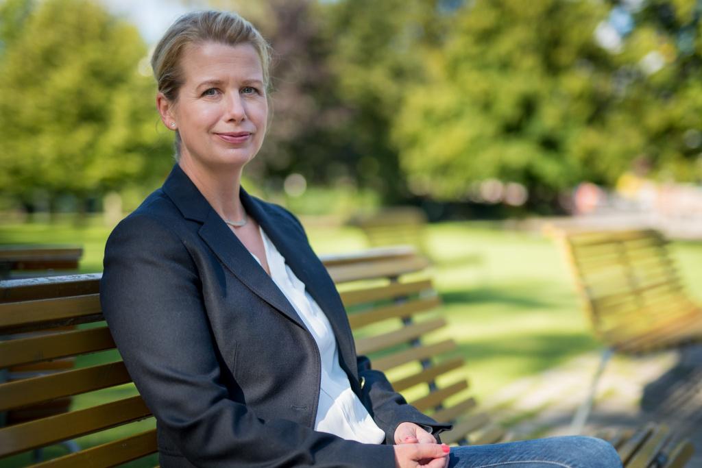 Kvinna sitter på en parkbänk.