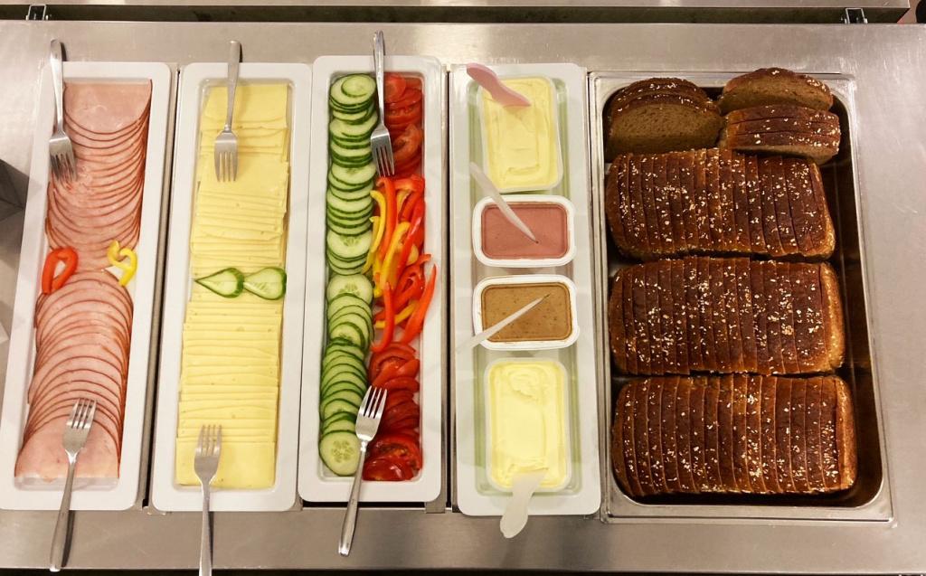 Frukost serveras alla skoldagar på Pilevallskolan.