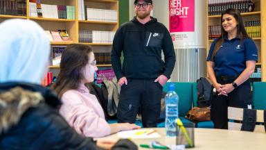 Trygghetsvärdarna Ola och Tara träffar elever på Söderslättsgymnasiet.